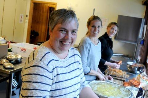KLARE: Laila Stålen, Hanna Mortensson og Tonje Smedsrud Uglem i full gang med lapskausen som skal serveres i Hovin samfunnshus i morgen.
