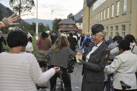 Ny BLÅTUR: Lørdag 19.august kan du  være med på en spennende og overraskende reise i Rjukan by. Her fra en tidligere vandring.