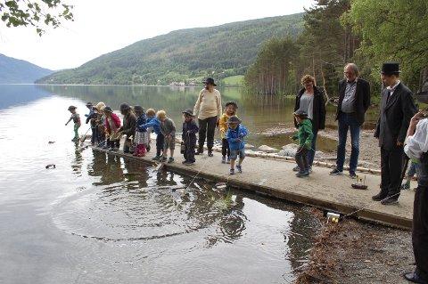 GJESTER: Ordfører Bjørn Sverre Birkeland og kommunalsjef Gjertrud Lien ble med barna i barnehagen da båtene skulle sjøsettes.