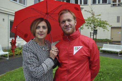 VALGKAMP:  Ifølge flere meningsmålinger har Ådne Naper nå en reel mulighet til å  få utjevningsmandatet fra Telemark. - Vi i SV vet mye om hvordan det er å kjempe i motvind, godt å få litt medvind, sier Naper som torsdag besøkte Tinn. Her med 2.kandidat Sanja Pasovic.