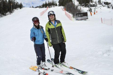 Fine forhold: Skiinstruktør Victor Granjord holder fortsatt koken i bakken ved Gaustablikk. Hanna Kaasa fra Tønsberg tok sjansen på snø, og dro opp for å få noen timer på tampen av sesongen.   ;