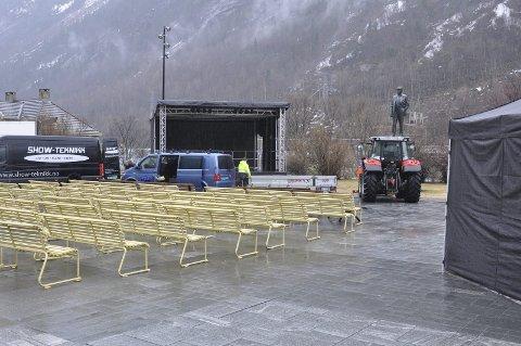 På scenen: Krakker for gjestene er satt ut og scenen er oppe.