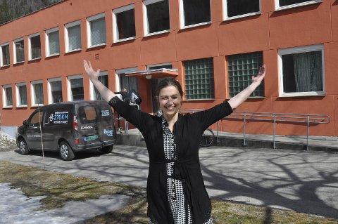 Full regi:  - Så bra blir årets Marispel, sier en opplagt regissør Ida Høy.    Her foran de nye lokalene   Første øvelse er over, men det er ikke for seint å kaste seg ut i Marispelet. - foran eller bak scenen. – Alle kan bli med, spesielt voksne menn trengervi, oppfordrer hun.