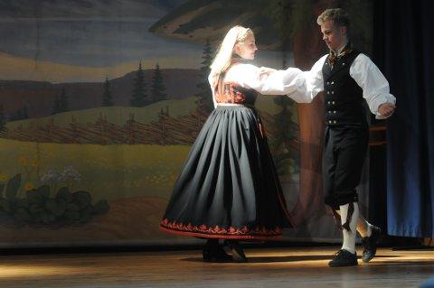 DANS: Marianne Tvitekkja og Knut Boksasp Berge skal danse i klassen hardingfele klasse B.