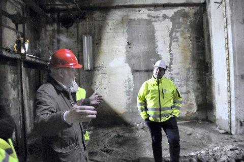 NIA-direktør Runar Lia og Riksantikvar Jørn Home da Tungtvannskjelleren ble åpnet for offentligheten første gang i vinter.