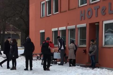"""HEKTISK AKTIVITET: Det er hekstisk aktivitet utenfor """"Barentsburg hotel"""" som fpor anledninegn er lagt til Tinn."""
