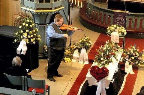 """SISTE ÆRE: Per Anders Buen Garnås viste sin læremester den sist ære ved å spille slåtten """"Tuntreet""""."""