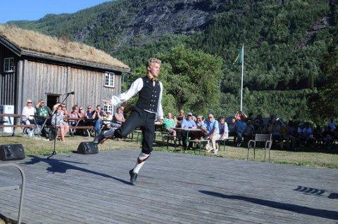 DANSER: Knut Boksasp Berge er en ettertraktet folkedanser, og nå har han etablert enkeltmannsforetak.