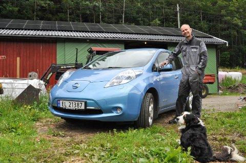 ENTUSIAST: Elbilen til Hans Ørnes har lav rekkevidde og han har gått tom for strøm bare 300 meter hjemmefra. Han støtter ideen om flere ladestasjoner i øvre Telemark. Helst vil han ha en i Gransherad.
