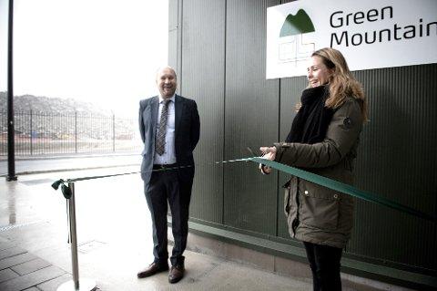 Distrikts- og digitaliseringsminister Linda Hofstad Helleland klipper snora under åpningen av det nye datasenteret på Gran i Ytre Enebakk i dag. Til venstre ser vi administrerende direktør i Green Mountain, Tor Kristian Gyland.
