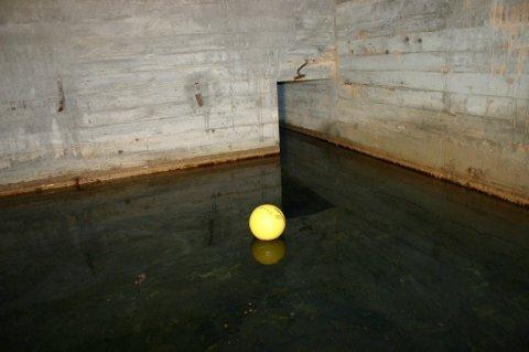 BASSENG: I Under kjelleren på Rjukan barneskole ligger en ny kjeller - et basseng med grunnvann. Dette forårsaker fukt problemer og dårlig lukt i under etasje der småskoletrinnet har sine klasserom.(arkivbilde RA )