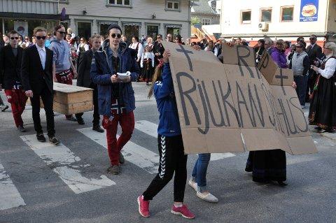 FÆRRE INNBYGGERE: Siden dette russetoget gikk gjennom Rjukans gater 17.mai 2015 - har det blitt 350 færre innbyggere i Tinn.