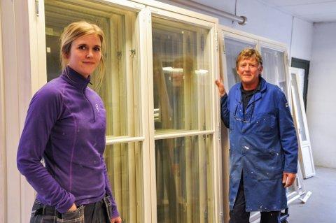 FAR OG DATTER: Sanna Bastiansen er fjerde generasjon på Bjervamoen trevare, som faren, Hans Olav Bastiansen driver sammen med broren Torbjørn Bastiansen.