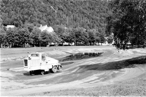 ASFALTTJERNET:  Tveitotjernet ble asfaltert på 1960-tallet, men i åra etterpå var det fortsatt fisk å få på stang. Da RA tar dette bildet i 1988 av vårrengjøringa er det neppe fisk igjen i kulpen, men i 1966 og 1969 var det tilfelle.