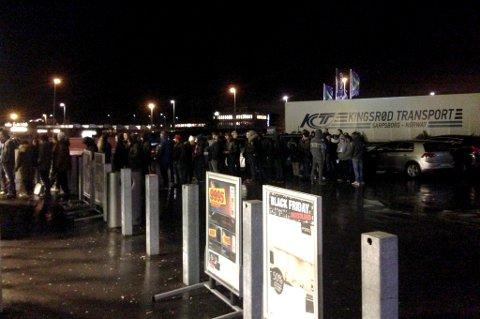 STOR PÅGANG: Mange sto i kø før Elkjøp Megastore åpnet sine lokaler i Lørenskog fredag. FOTO: VIDAR SANDNES