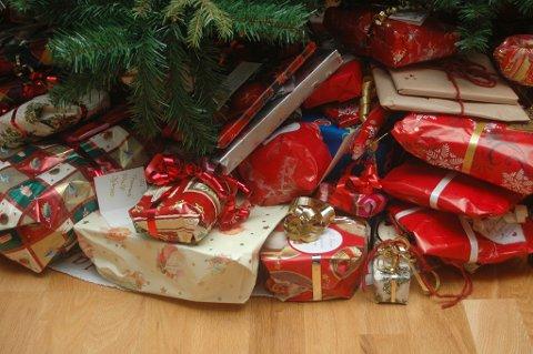 ØNSKER GAVER: Frelsesarmeen står på Strømmen Storsenter og samler inn gaver til dem som trenger det mest.