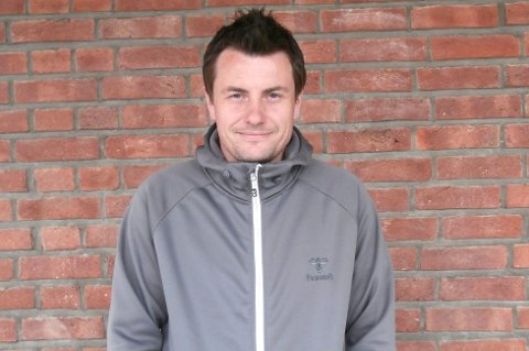 TABELLTOPP: Fet-trener Atle Søgård har all grunn til å smile. Etter 6-0-seieren mot Åkrene topper de tabellen i fjerdedivisjon.
