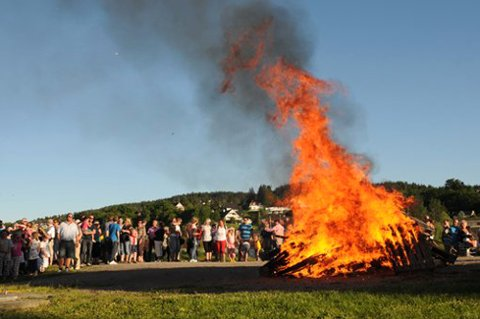 Bål har tradisjonelt blitt brukt for å verne mot onde ånder og samle mennesker. Dette sankthansbålet finner sted i Lillestrøm i 2009.