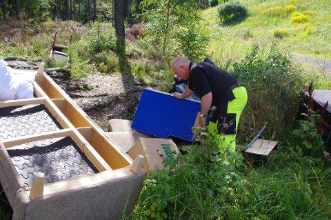 Tom Andersen fikk arbeidet med å rydde opp etter at noen bare kastet fra seg søppel i dag tidlig. Foto: Lørenskog kommune
