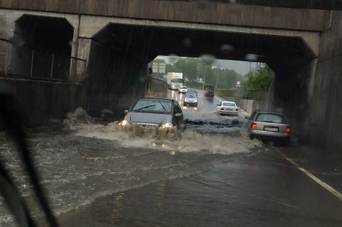MYE VANN: Undergangen ved Lørenskog stasjon er oversvømt. Flere biler har problemer, melder politiet. FOTO: RB-TIPSER
