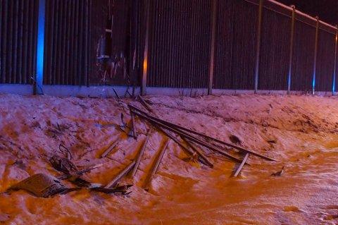 TYDELIG MERKE: Slik ser gjerdet ved siden av E6 ved ulykkesstedet ut etter ulykken. FOTO: REMI PRESTUN
