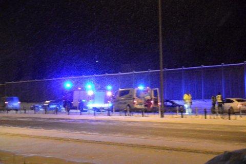 TRE BILER – FEM MENNESKER: Ifølge politiet skal flere biler ha stoppet etter både utforkjøringen og den påfølgende dødsulykka på E6. I den første bilen som dro av E6 var det én person. I bilen der den avdøde 16-åringen satt, var det tre personer. I bilen som kjørte på 16-åringen var det én person i. FOTO: REMI PRESTTUN