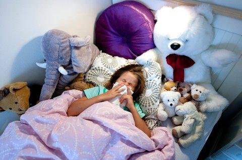 TRONDHEIM 20090805: Forkjølet liten jente. Har influensa. Nyser. Smitte. Smittefare. Bakterier. Forkjølelse. Syk. Trøster seg med kosedyr i sengen. Har feber. Snyter seg.  Foto: Gorm Kallestad / SCANPIX NB! MODELLKLARERT