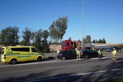 KJEDEKOLLISJON: Tre biler var involvert i trafikkuhellet som har skapt lange køer på E6 mandag ettermiddag.