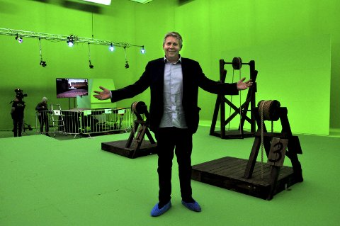 FRAMTIDENS TV-STUDIO: Programdirektør i TVNorge, Eivind Landsverk, poserer foran studioet til kanalens nye storsatsing, det virtuelle gameshowet «Lost in Time».Begge foto: ØYSTEIN TRONSLI DRABLØS