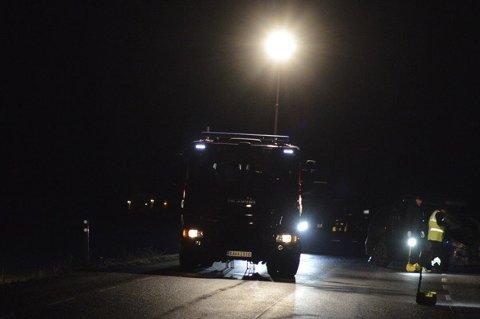 ETTERFORSKER: Politiet og Statens vegvesen og Øst politidistrikt foretar tekniske undersøkelser på stedet etter at en rulleskiløper omkom på gamle riksvei 2 i Ullensaker tirsdag kveld.