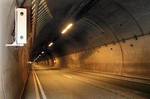 TAR MANGE: Fotoboksen i Rælingstunnelen sørget for 63 beslaglagte førerkort i fjor.