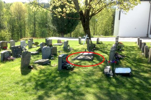 Overende: Gravstøtten til Trine Bjerkes foreldre (innringet) var en av flere gravstøtter som ble dyttet overende.Foto: Vidar Sandnes