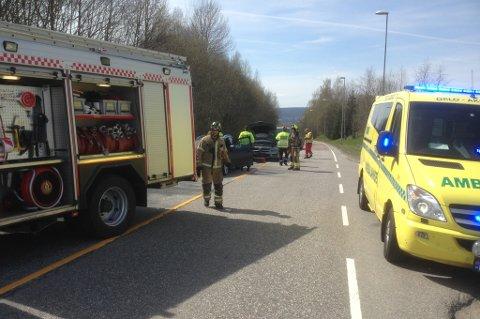 Nødetatene stengte veien i begge retninger etter trafikkulykken.