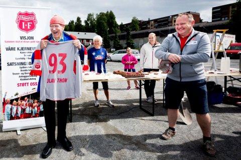 FIKK DRAKT: Thon mottok en Strømmen-drakt fra daglig leder Morten Teigen med alderen på da han besøkte klubben. FOTO: LISBETH ANDRESEN