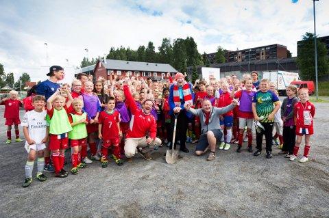 Olav Thon setter spaden i jorda for kunstgress på Strømmen stadion.