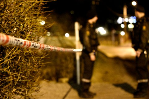 SPERRET AV: To politibetjenter holder vakt utenfor boligen i Lørenskog. FOTO: VIDAR SANDNES