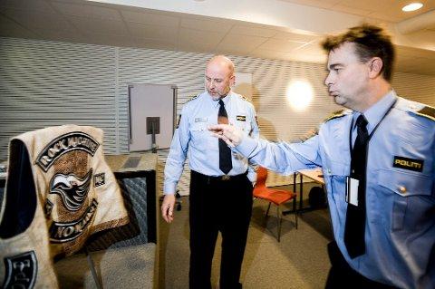 Lensmann i Ullensaker Morten Huse og politioverbetjent Halvar Askilsrud etter beslaget av narkotika og våpen i 2015.