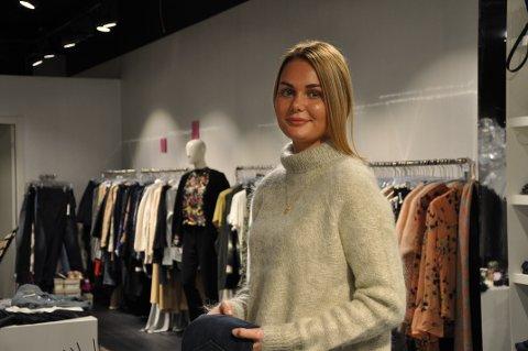 MÅ JOBBE: Kristine Løkken Tangerud jobber opptil tre ganger i ukeni  i en klesbutikk for å dekke utgiftene hun har som student.