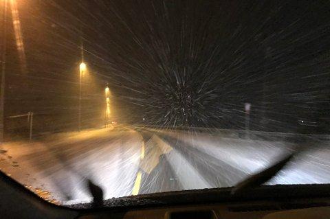 FET: Slik ser det ut på fylkesvei 170 gjennom Fet fredag ettermiddag. FOTO: Rb-TIPSER