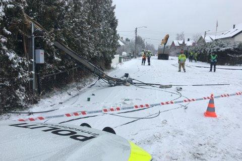 HELT STENGT: Ifølge politiets innsatsleder, Anders Bru kommer veien til å bli stengt i lan tid framover.