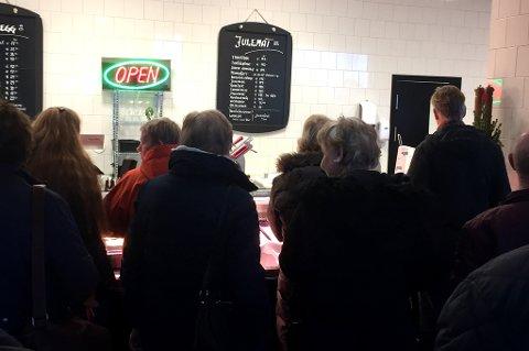 HKETISK: Ved 15-tida var det fortsatt kø hos Rosenberg Spiseforretning i Lillestrøm. Klokka 13.30 gikk de tom for ribbe. FOTO: ELIN SVENDSEN