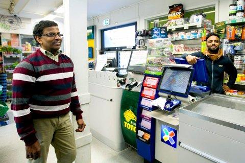GRATULERER VINNEREN: Nagarajah Saravanapavan og sønnen Athee San' driver Joker-butikken i Rælingen. Mannen som vant leverte lykkekupongen sin her.  FOTO: LISBETH LUND ANDRESEN