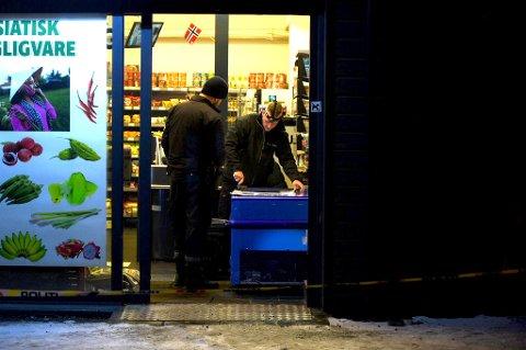 UNDERSØKELSER: Krimteknikere leter etter fingeravtrykk inne i butikken etter ranet onsdag kveld. FOTO: VIDAR SANDNES