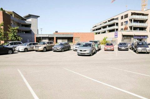 Stridsområdet: Her, midt i Sørumsand sentrum, risikerer Rema 1000 å miste 27 parkeringsplasser på gateplan.