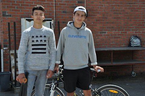 TRIVES: Elevene Eliaz Raza og David Christian Oprea trives som elever ved Li skole, men ønsker et møtested. Murbygget i bakgrunnen er tenkt som lokale.