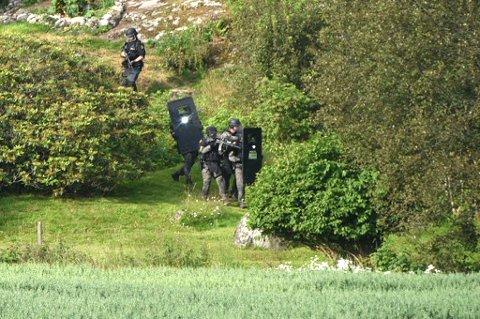 SØK: Politiet fortsatte søket i nærheten av boligen de tidligere omkranset. FOTO: VIDAR SANDNES