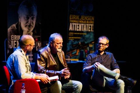 SRKIVER BOK: Eirik Jensen skriver kriminalroman mens han venter på dommen. Her i samtale med intervjuer Erlend Helle (t.v.) og medforfatter Thomas Winje Øijord (t.h.) på Nes kulturhus.
