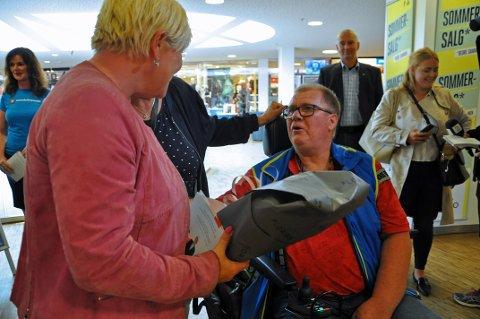 KJØPTE BLOMSTER: Åge Pettersen fikk lørdag møte partileder Siv Jensen for første gang. Da måtte han kjøpe blomster.