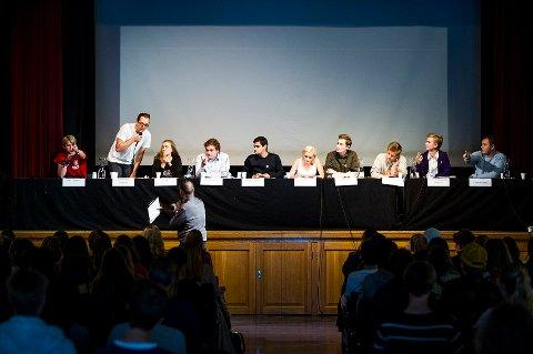 Fra venstre: Tobias Langås Handland (RU), Nicholas Wilkinson (SU), Ina Libak (AUF), Håkon Skramstad (Sp), Rauand Ismail (MDG), Julia Sandstø (KRFU), Marcus Holst Pedersen (V), Lasse Fredheim (H), Johan Hertzberg (FPU), Sven Randmæl (Liberalistene)