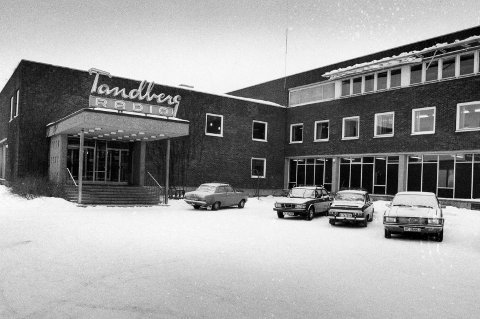 Fra industri til kirke: I dag huser Tandberg-bygningen, som sees fra riksvei 22, frimenigheten Oslo Kristne Senter. Slik så bygningen ut da Tandberg Radio-logoen tronet over inngangen.